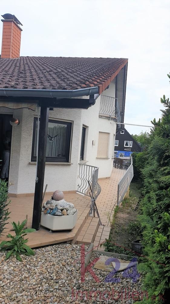 Weg von Terrasse ums Haus