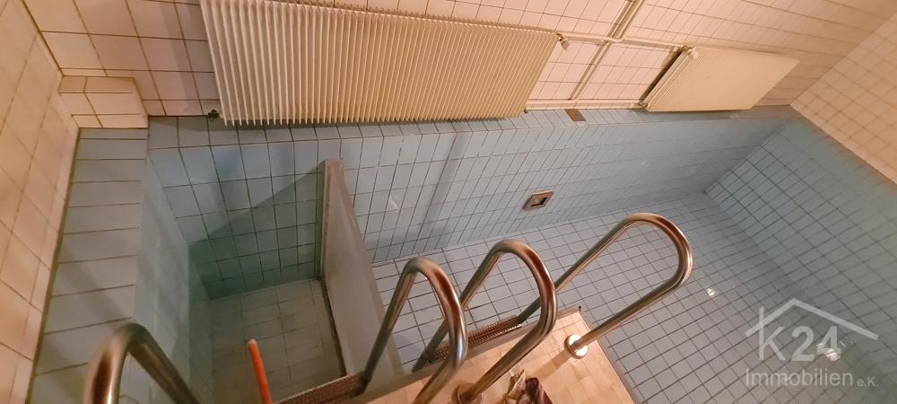 Schwimmbad mit Kalt-/Warmwasserbecken
