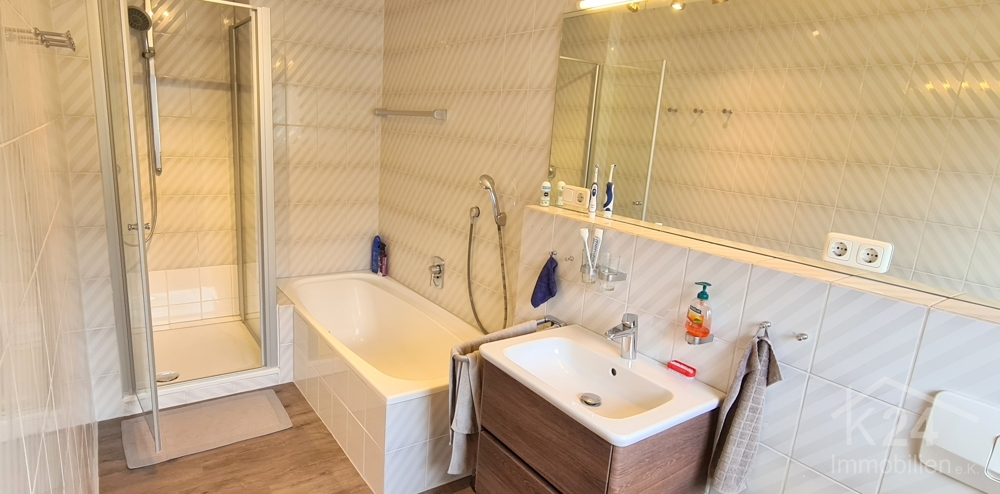 Badezimmer mit Dusche, Wanne u. WC