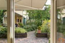 Blick aus Wohnbereich auf Terrasse