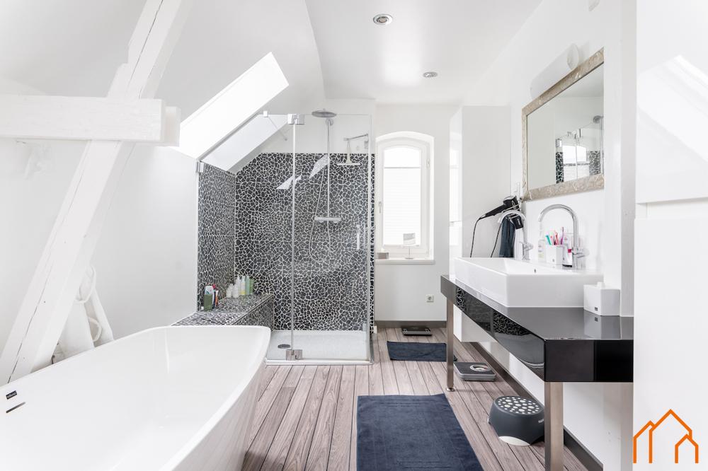 OG - Badezimmer mit Wanne und Dusche