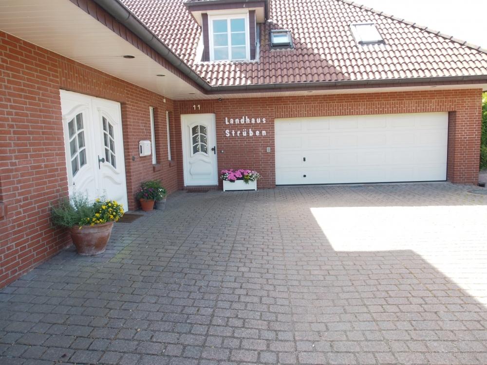 Außenansicht mit Garage