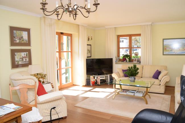 Wohnzimmer mit Zugang zum Südbalkon