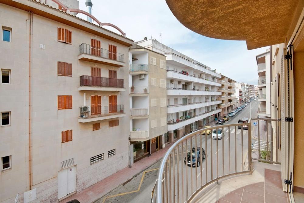 Groszugige Wohnung in der Stadt in der Nahe des Hafens von Puerto Alcudia     Die Wohnung liegt auf der zweiten Etage eines modernen Apartmenthauses