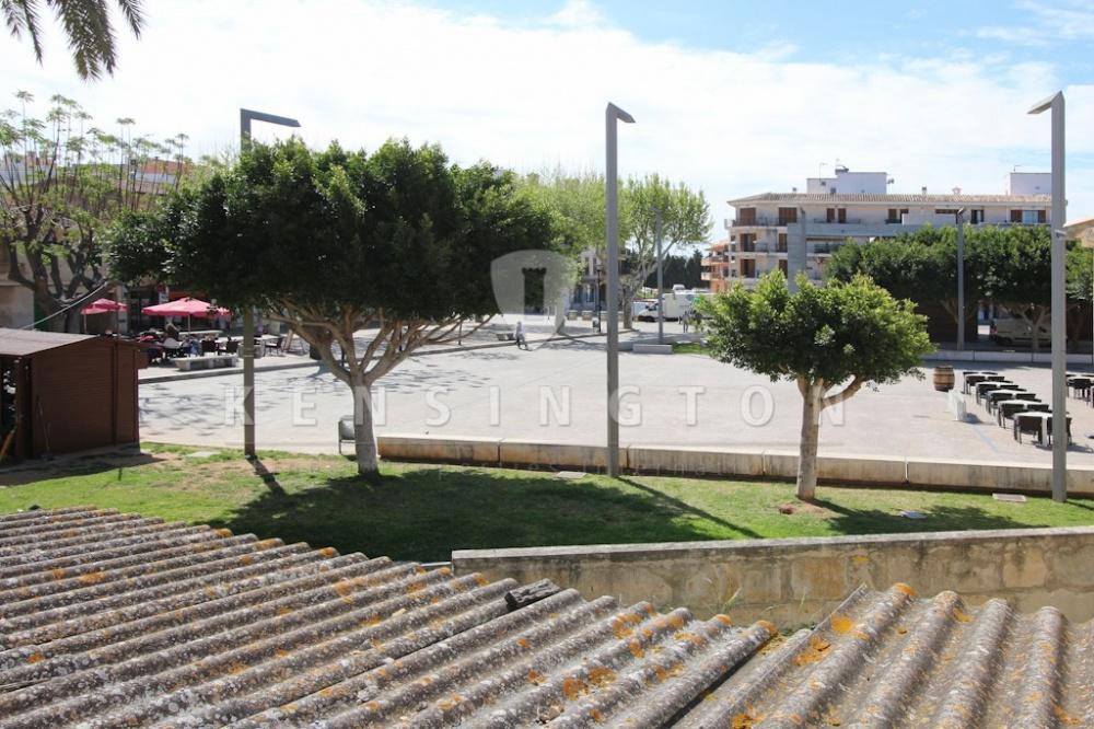 Haus zu reformieren  mit kommerzieller Lizenz fur ein Geschaft  Cafe oder Restaurant in bester Lage direkt am Hauptplatz nahe der Kirche in Alcudia