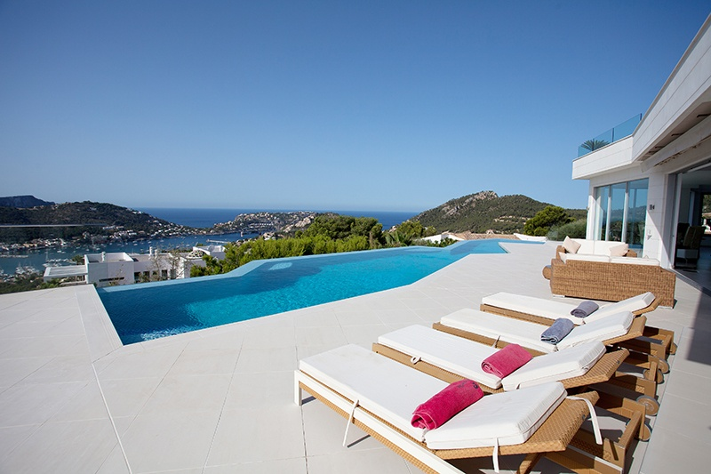 This exceptional designer villa is located in one of the most attractive areas of Puerto de Andratx, in Mon Port