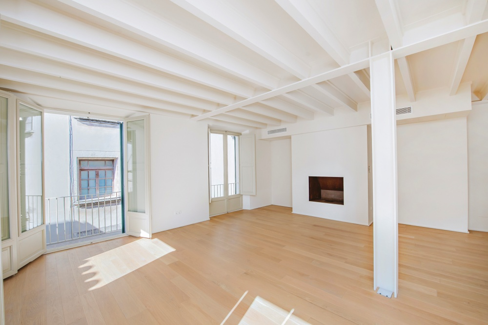 This high-end apartment is located in the Old Town of Palma de Mallorca.   Its area of approx