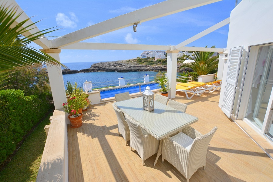 The extremely charming, snow-white villa is located in the sunny coastal village Cala d'Or, where the promenade invites you to stroll