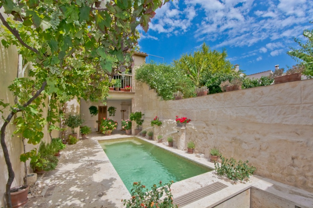 The WOW factor exclusive townhouse in Pollensa with pool in a quiet street near the market square   It's fascinating, when walking through the old historic
