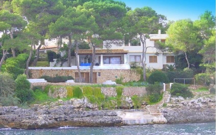Der hubsche  Ort Cala d Or ist einer der meistbesuchten Stadte im Sudosten von Mallorca  wegen der Schonheit seiner naturlichen Strande und