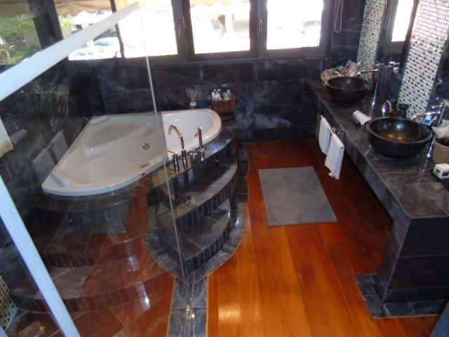 master 1 bathroom jacuzzi