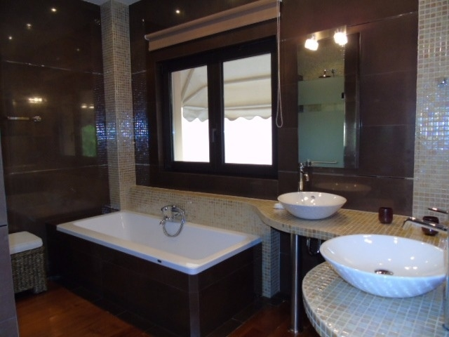 master 2 bathroom 1