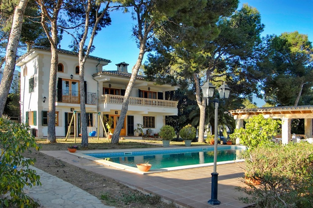 This property is located in the exclusive residential neighbourhood of Costa d'en Blanes, it consists in a spacious villa, with 5 bedrooms and 4 bathrooms in