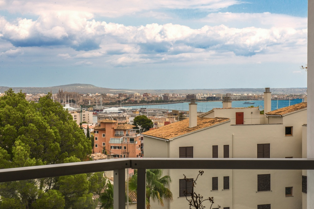 This modern and light flooded apartment is located in a quiet community with views to the bay of Palma