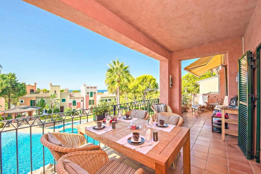 Diese charmante Wohnung befindet sich in einer schönen kleinen Wohnanlage in unmittelbarer Nähe zu dem berühmten Hafen Port Adriano