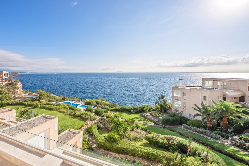 Property in front sealine in the community Rocamar in Cap Falco. Direct sea access, stunning sea views and a large terrace