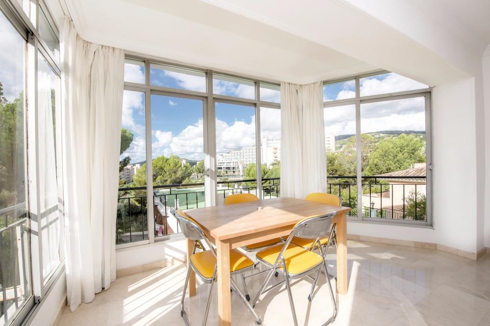 Diese gemutliche Wohnung liegt in Lauflage zum beliebten Yachthafen von Puerto Portals mit seinen Sandstranden  exklusiven Restaurants  sowie schicken