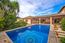 Mediterrane Finca Pool Blick auf die Berge Calvià Mallorca Pool Garten piscina jardín swimming pool garden