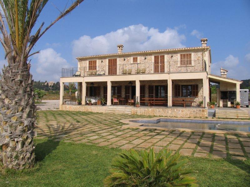 Dieses beeindruckende  neu gebaute Landhaus mit Natursteinfassade befindet sich in der ruhigen Gegend von Sineu und geniesst einen wunderschonen Blick auf die