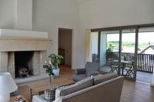 Wohnbereich mit Zugang zur Terrasse und Loggia