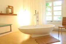 Badezimmer mit freistehender Wanne