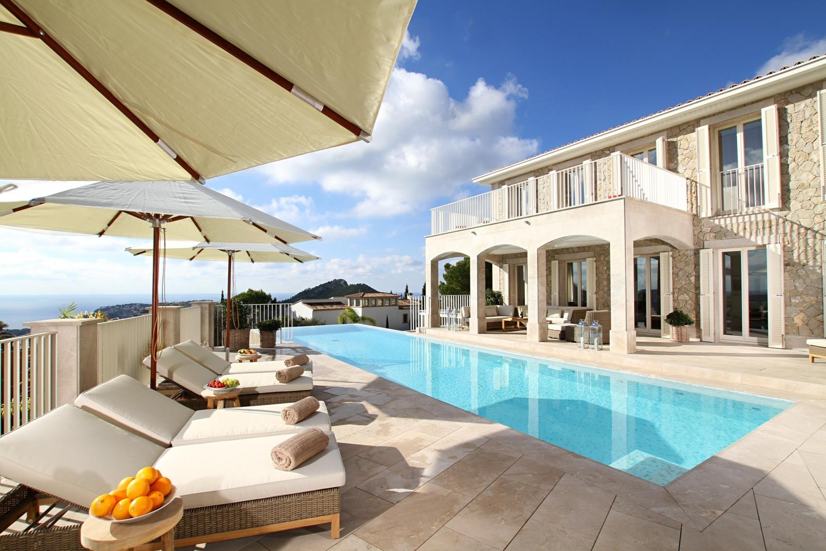 Poolbereich mit Meerblick