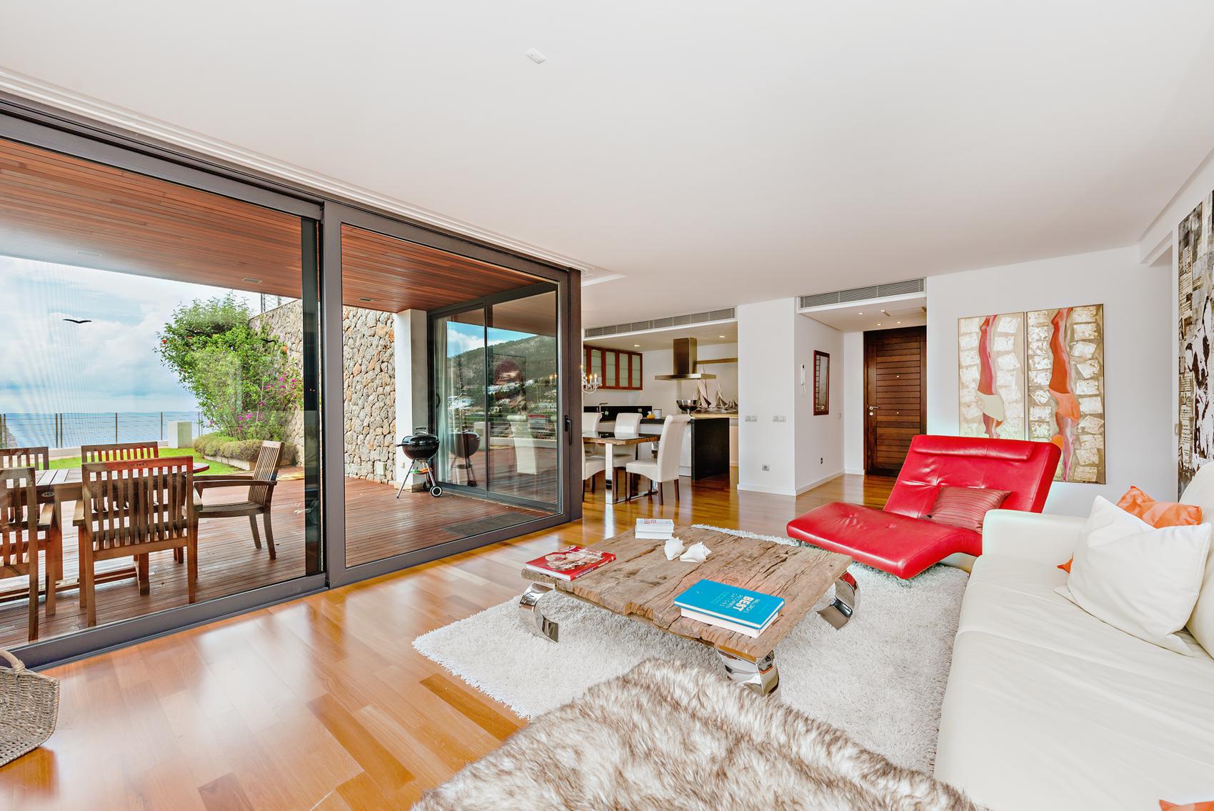 helles Wohnzimmer mit Küche
