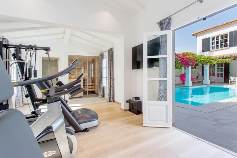 Fitnessraum mit Blick auf den Pool