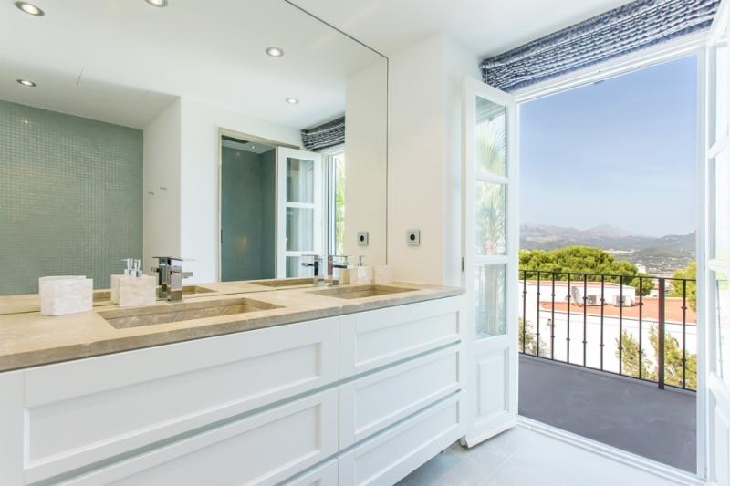 Badezimmer mit durchgang zum Balkon