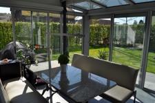 Beheizbarer Wintergarten und Erweiterung des Wohnzimmers mit Blick in den grünen Garten