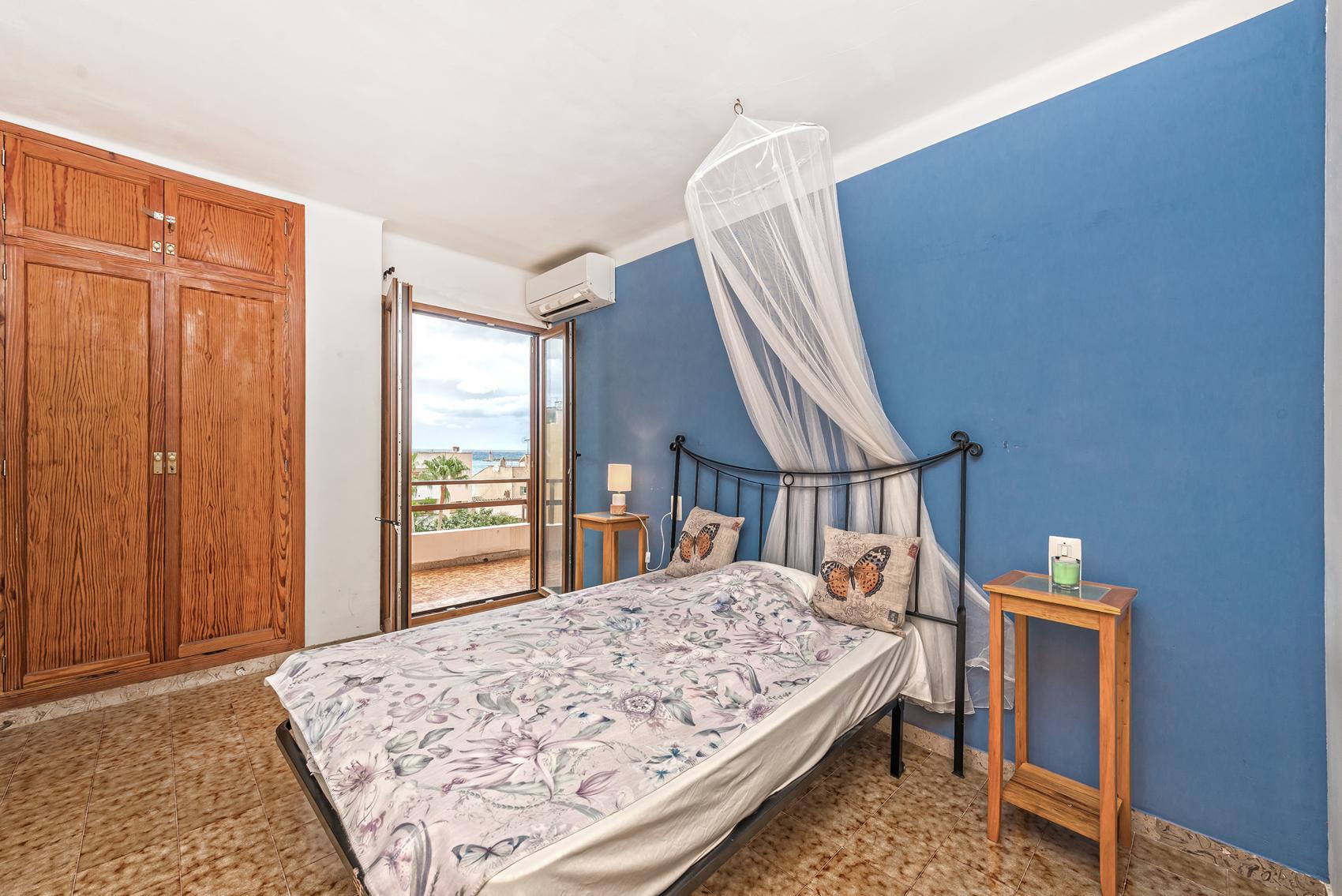 Schlafzimmer mit Balkon in Mallorca
