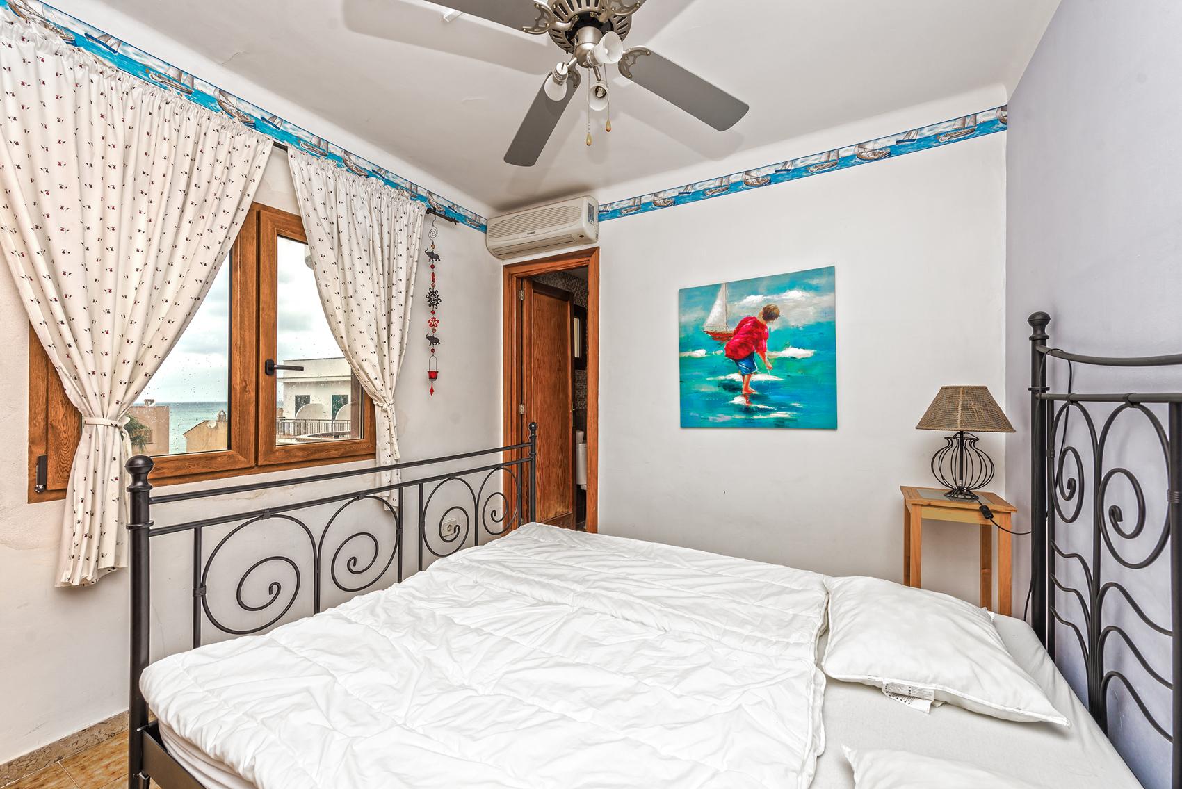 Schlafzimmer mit Bad ensuite und Meerblick in Port Andratx