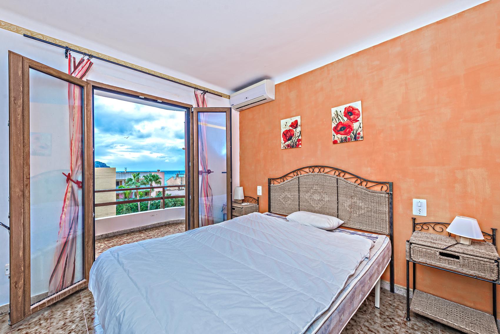 Schlafzimmer mit Meerblick und Balkon in Port Andratx