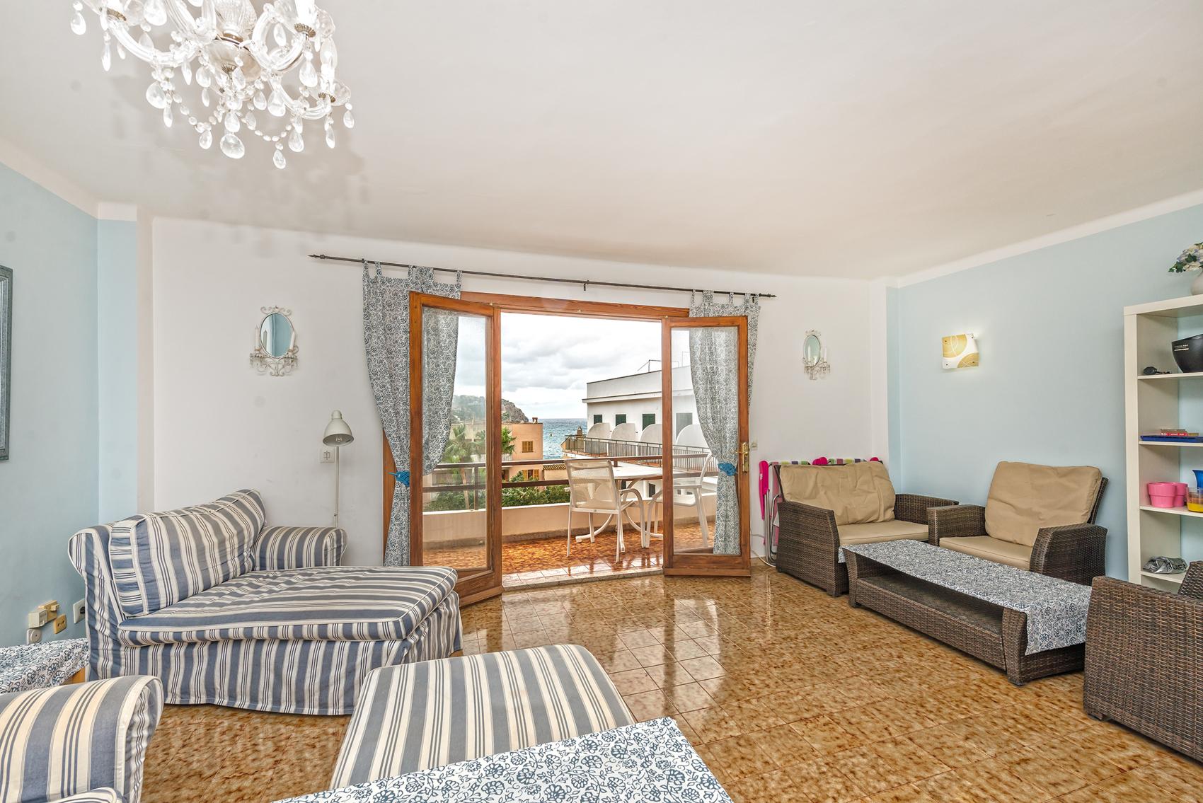 Großzügiges Wohnzimmer mit Balkon in Mallorca