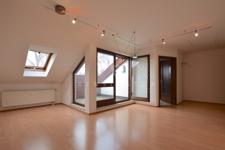 Heller Wohn-/ Essbereich mit Zugang zur Dachloggia