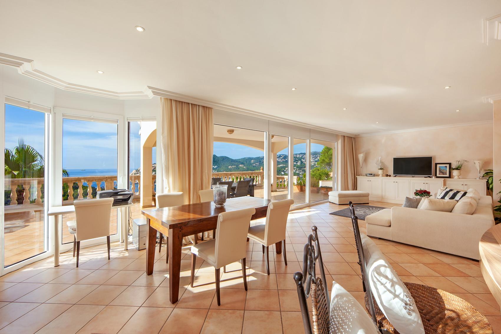 Wohn-Esszimmer mit Meerblick in Mallorca