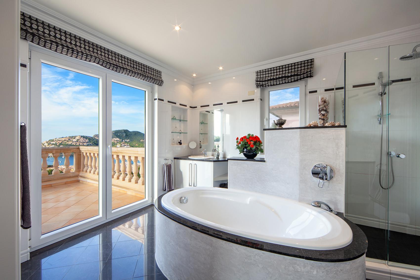 Modernes Badezimmer mit Sonnenterrasse in Mallorca