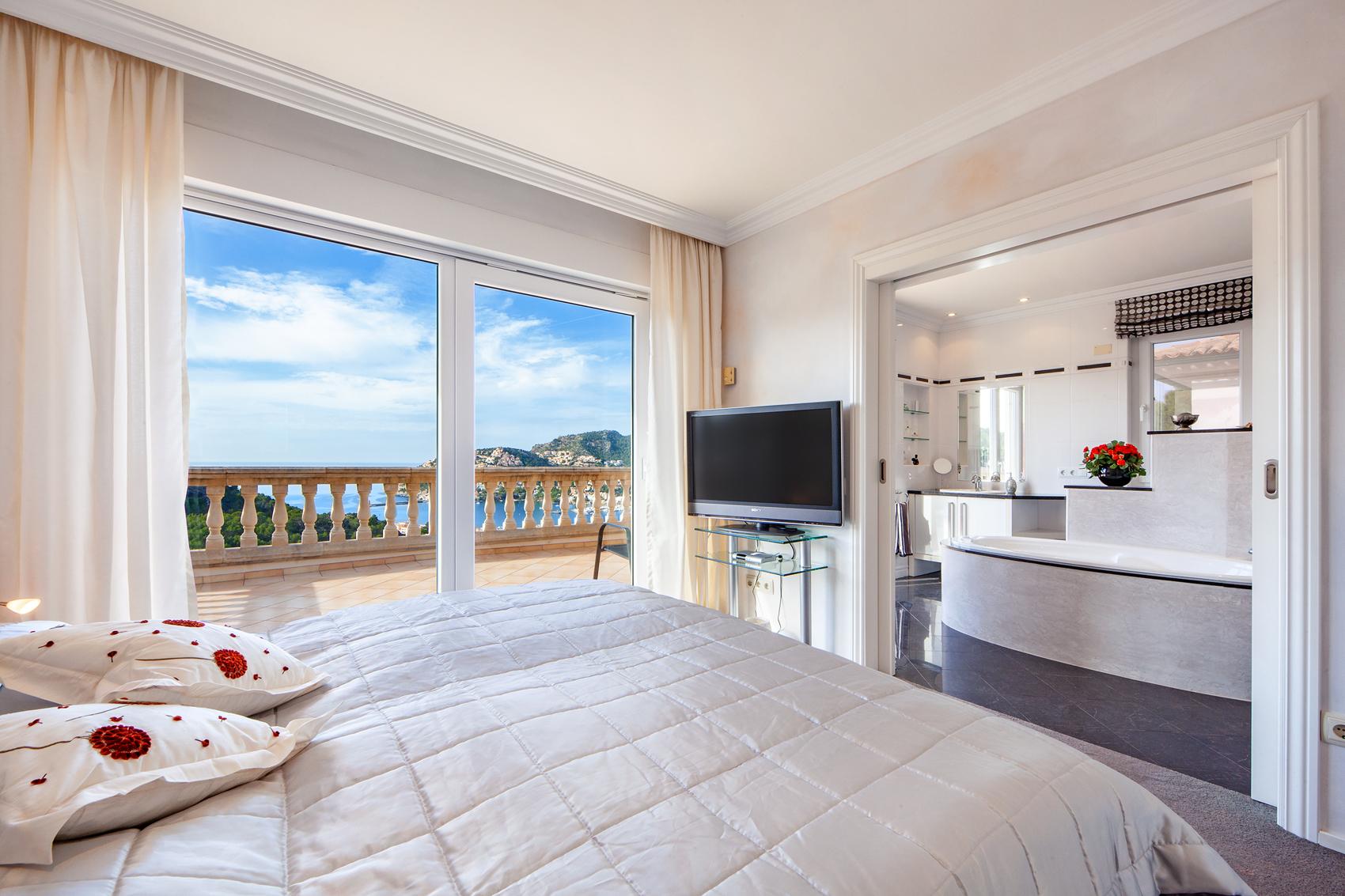 Schlafzimmer mit Terrasse und Meerblick in Port Andratx