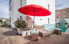 Umlaufende Terrassenflächen mit Pool