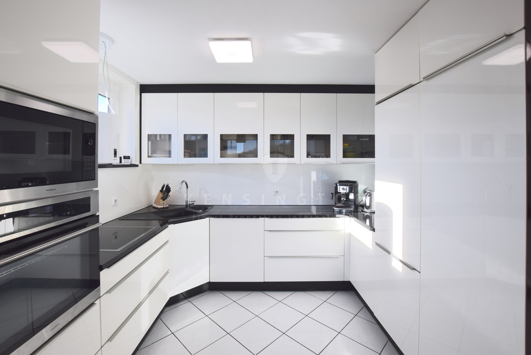 Modern in weiß und schwarz gehaltene Küche