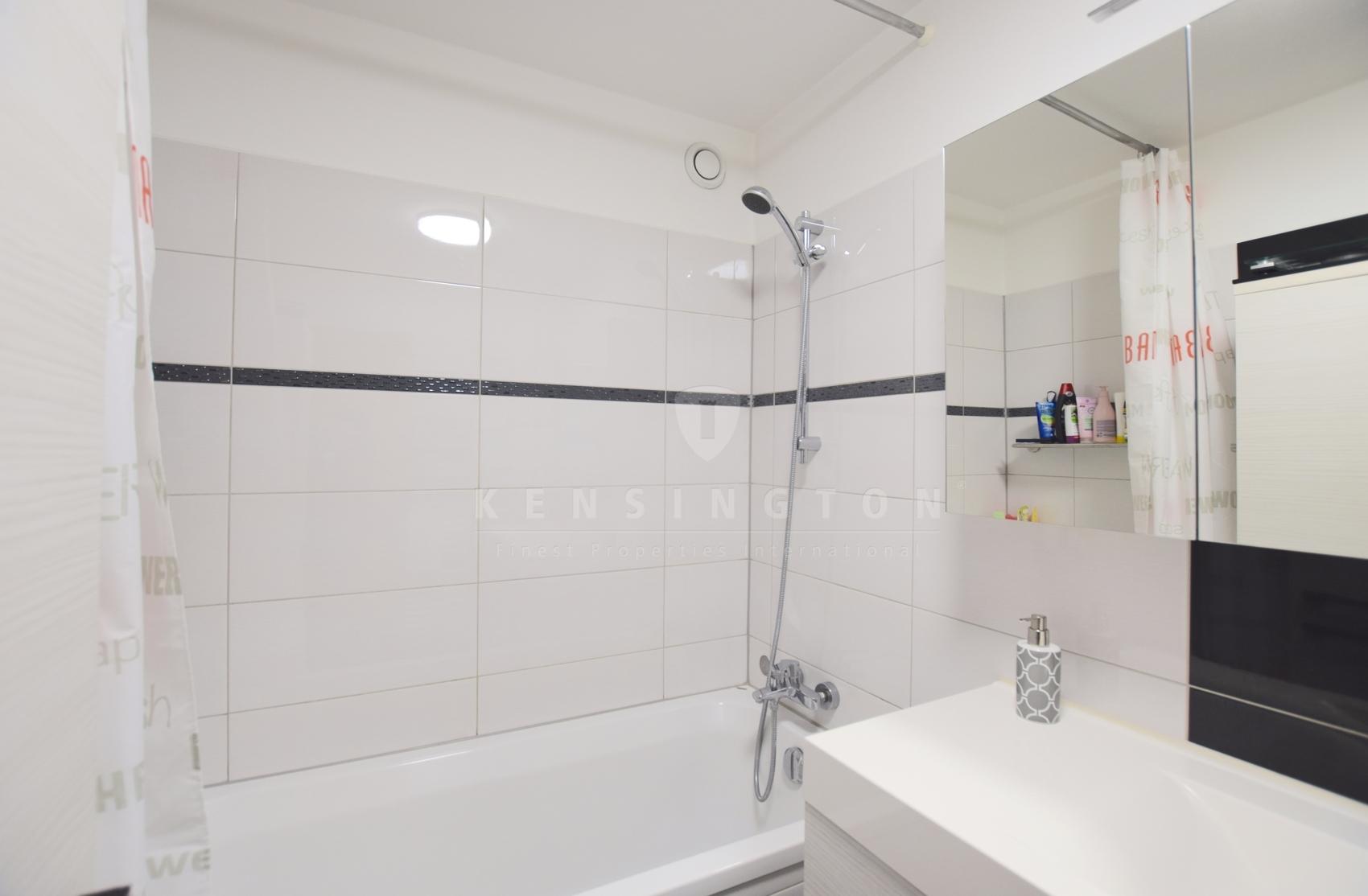 Modernisiertes Badezimmer mit Badewanne...