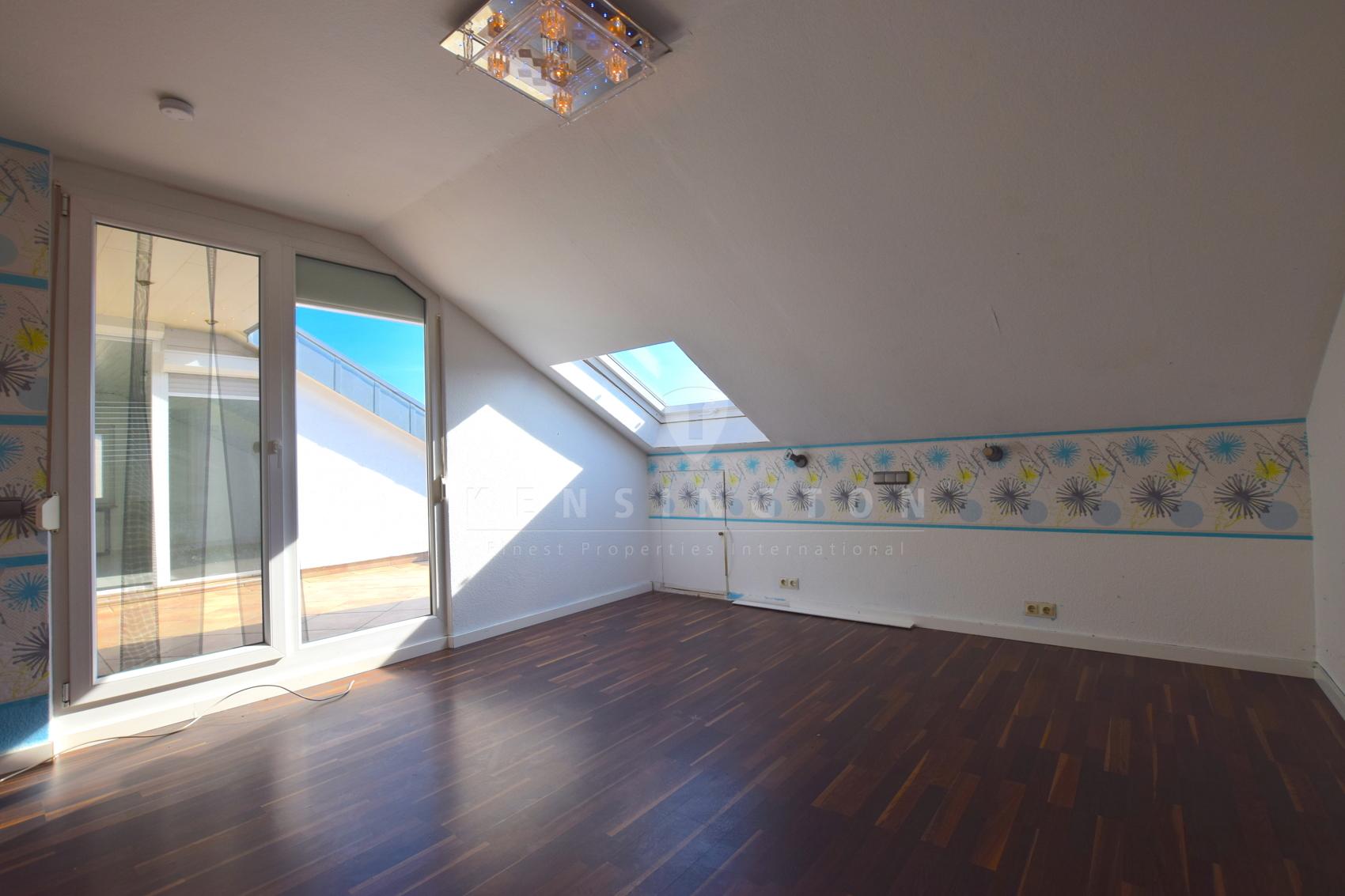 Schlafzimmer mit Zugang zur Dachterrasse