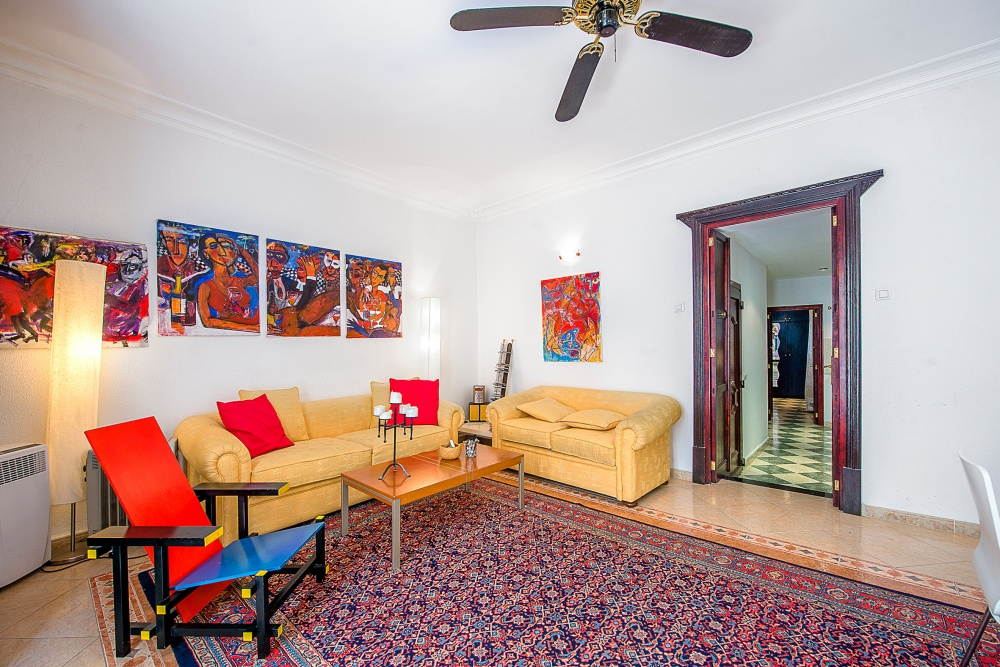 This apartment is situated  in La Lonja the heard of the Old Town in Palma de Mallorca    The distribution of the approx