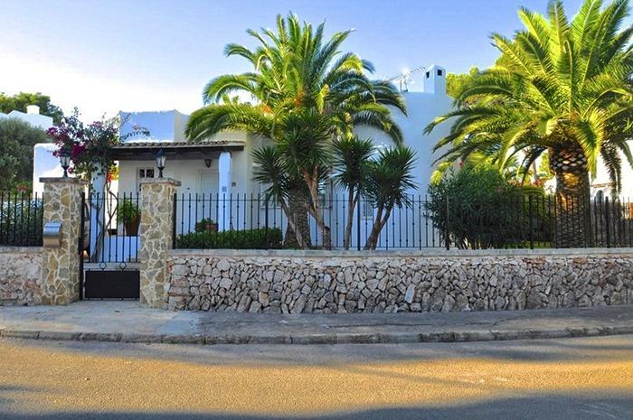 Die Hochqualitative ausgestattete Villa befindet sich in Bestlage in Unmittelbarer nahe der Marina der Ferienmetropole Cala D Or