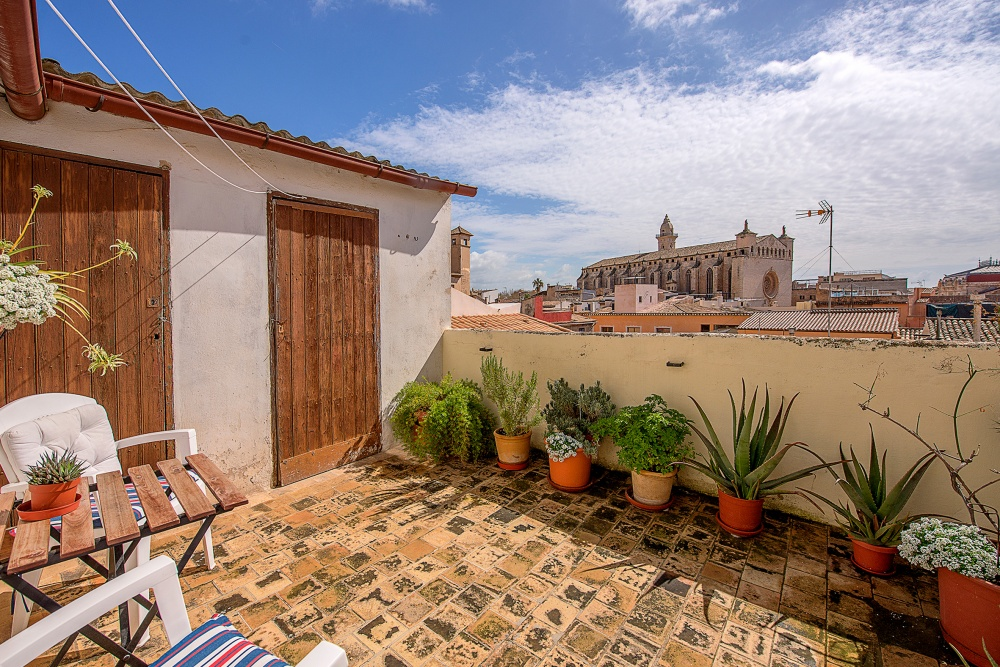 This charming penthouse is situated in the heart of the historic centre of Palma.   The distribution of the approx