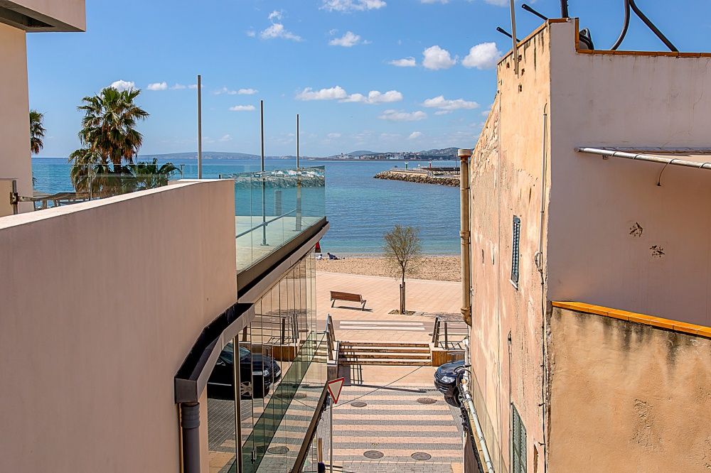This sea views apartment is located approx. 50 m from the beach in the Portixol district, Palma de Mallorca.    The distribution of the approx