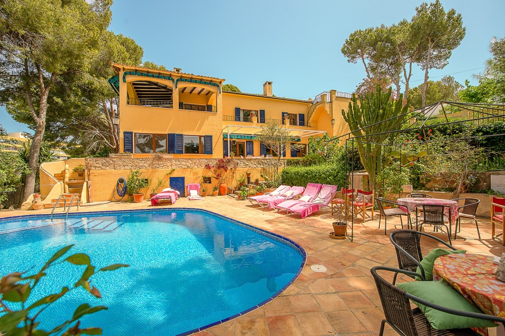 This charming Mediterranean villa is located in a perfect situation  right between Portals Nous village and Puerto Portals  hence walking distance to