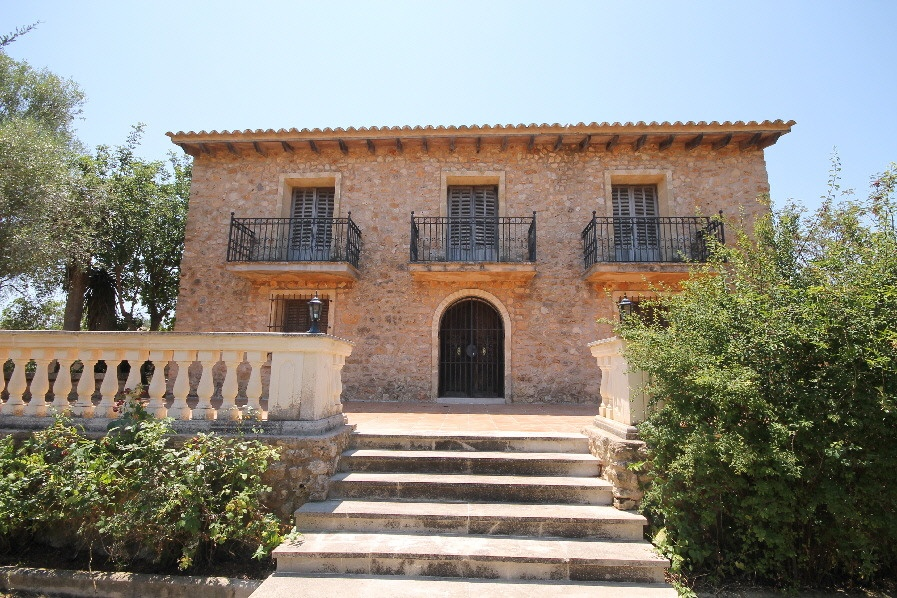 Gorgeous villa at only two minutes away from the  beautiful village of Santa Eugenia    The property  of 170mq  on a 5