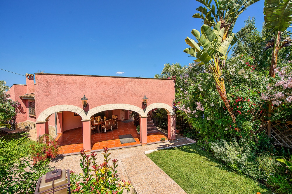 Charming villa surrounded by a beautiful garden in a residential area with character in Costa de la Calma