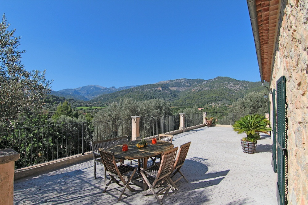 This charming cottage with centenary olive trees is set in the outskirts of Selva and provides beautiful views to the mountains